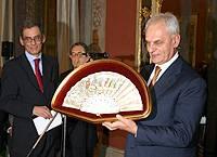 Il Presidente del Senato riceve un ventaglio in dono dall'Associazione Stampa Parlamentare
