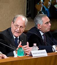 Il sen. Tomassini e l'on. Grassi durante la conferenza stampa